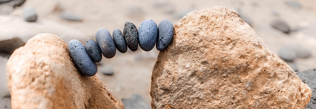 Aus Steinen auf deinem Weg eine Brücke bauen